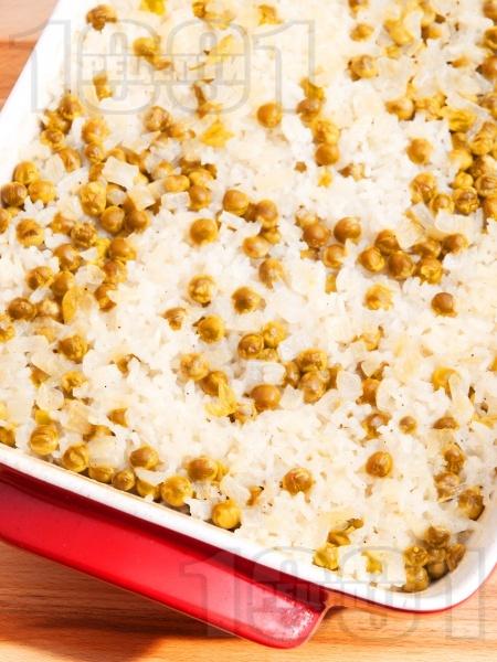 Печен грах с ориз в тава на фурна (гарнитура) - снимка на рецептата